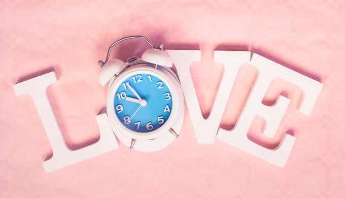 LOVEの文字と目覚まし時計